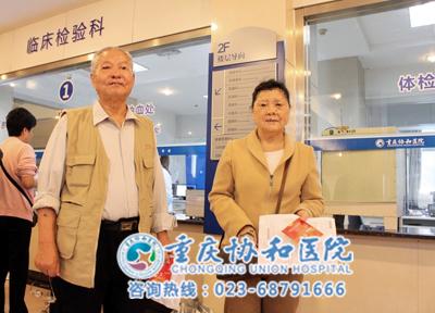 79岁的叶老、72岁的甘婆婆在等待体检抽血