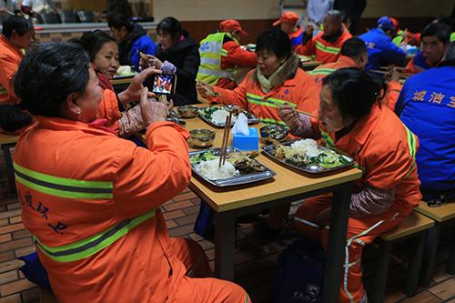 协和医院为环卫工提供了营养午餐