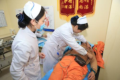 医护人员正在为环卫工做心电图