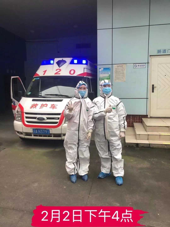 王洪莉(左一):重庆明好医院12年员工、社区服务中心护士长